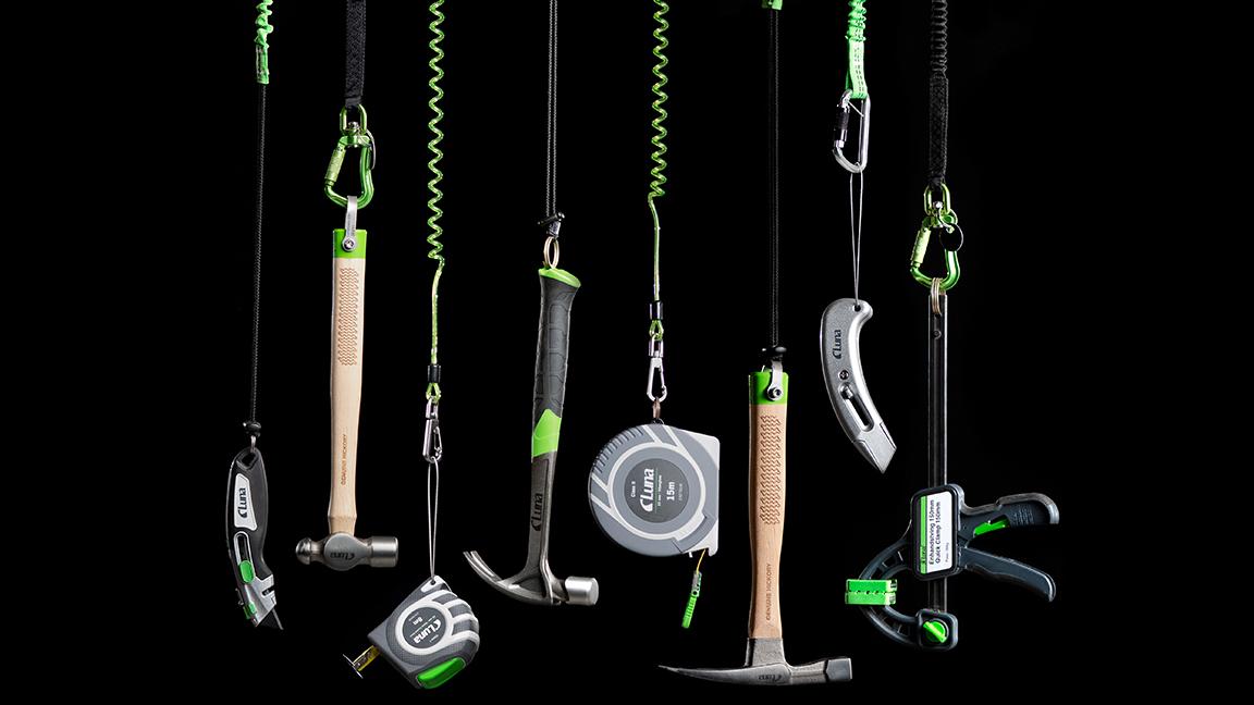 I Lunas sortiment av verktygssäkring hittar du produkter för att kunna hantera verktyg säkert på hög höjd. I sortimentet hittar du vulktejp, säkerhetslinor, karbinhakar m m.